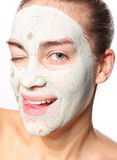 Femme joyeuse dans le masque avec de l'argile vert Photographie stock