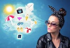 Femme joyeuse heureuse avec des lunettes de soleil regardant des icônes d'été Images libres de droits