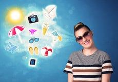 Femme joyeuse heureuse avec des lunettes de soleil regardant des icônes d'été Photographie stock libre de droits