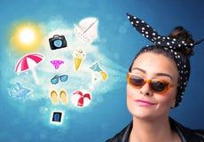 Femme joyeuse heureuse avec des lunettes de soleil regardant des icônes d'été Photos stock