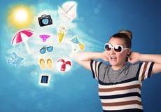 Femme joyeuse heureuse avec des lunettes de soleil regardant des icônes d'été Images stock