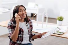 Femme joyeuse heureuse parlant avec son ami Photo stock