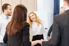 Femme joyeuse heureuse tenant un cercle de danse polynésienne Image stock