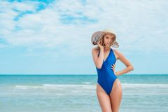 Femme joyeuse insouciante de chapeau du soleil de bonheur de vacances d'été avec apprécier la destination tropicale de plage de p Photographie stock libre de droits