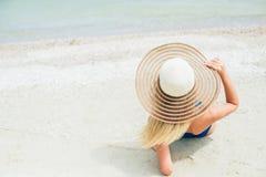 Femme joyeuse insouciante de chapeau du soleil de bonheur de vacances d'été avec apprécier la destination tropicale de plage de p Photographie stock