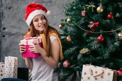 Femme joyeuse tenant le cadeau préféré photos libres de droits