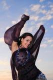 Femme joyeux au coucher du soleil Photographie stock libre de droits