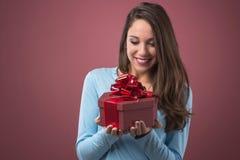 Femme joyeux avec le cadre de cadeau Photographie stock libre de droits