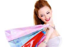 Femme joyeux heureux avec des achats dans des mains Photographie stock libre de droits