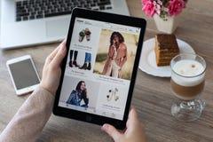 Femme jugeant l'iPad pro avec le service Amazone d'achats d'Internet Photos stock