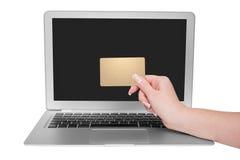 Femme jugeant la carte de crédit d'or disponible Images libres de droits