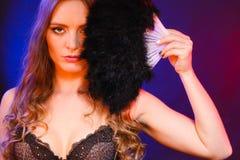 Femme jugeant la fan de plume de carnaval disponible Photo libre de droits