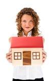 Femme jugeant le modèle de la maison d'isolement sur le fond blanc Photographie stock