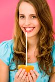 Femme jugeant orange avec la paille Photos stock
