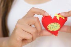 Femme jugeant un rouge en forme de coeur pour le jour de valentines Image stock