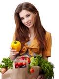 Femme jugeant un sac plein de la nourriture saine Images stock