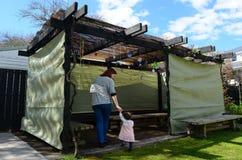 Femme juive et enfant rendant visite à leur famille Sukkah Image libre de droits