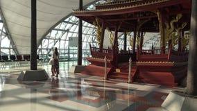 femme 4k asiatique marchant et regardant le temple à l'intérieur de l'aéroport la Thaïlande banque de vidéos