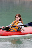 Femme kayaking Photos stock