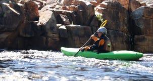 Femme kayaking en rivière 4k banque de vidéos
