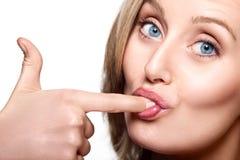 Femme léchant son doigt Photo stock