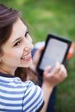 Femme à l'aide de la tablette digitale Images stock