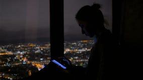 Femme ? l'aide du smartphone noir vertical la nuit clips vidéos