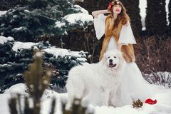 Femme ?l?gante dans une longue robe blanche image stock