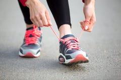Femme laçant les chaussures de course Plan rapproché photographie stock