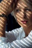 Femme à la lumière du soleil Photo stock