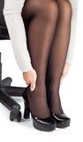 Femme la massant fatiguée de l'isolat de jambes de chaussures Photo stock