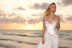 Femme à la plage Images libres de droits