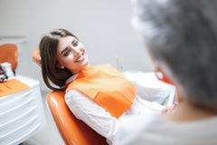 Femme ? la r?ception d'un dentiste dans une clinique dentaire photographie stock