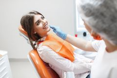 Femme ? la r?ception d'un dentiste dans une clinique dentaire photos stock