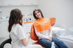 Femme ? la r?ception d'un dentiste dans une clinique dentaire photographie stock libre de droits