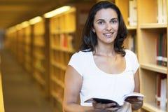 Femme latin dans la bibliothèque Photographie stock libre de droits