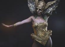 Femme latine avec le costume vert de cheveux et d'or avec de la farine faite main Photographie stock libre de droits