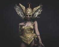 Femme latine avec le costume vert de cheveux et d'or avec de la farine faite main Photo stock