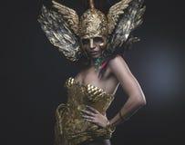 Femme latine avec le costume vert de cheveux et d'or avec de la farine faite main Photo libre de droits