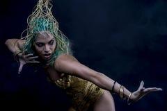 Femme latine d'or avec le costume vert de cheveux et d'or avec le handmad Photographie stock libre de droits