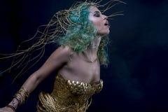 Femme latine de maquillage avec le costume vert de cheveux et d'or avec le handmad Photo stock