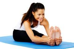 Femme latine de yoga photographie stock libre de droits