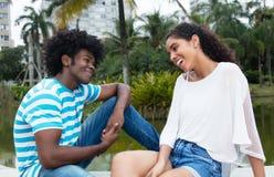 Femme latine flirtant avec l'homme d'afro-américain photo libre de droits