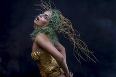 Femme latine hispanique avec le costume vert de cheveux et d'or avec le handm Photo libre de droits