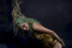 Femme latine hispanique avec le costume vert de cheveux et d'or avec le handm Photographie stock libre de droits