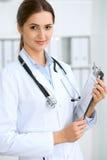 Femme latino-américaine de docteur se tenant avec des bras croisés et souriant à l'hôpital Médecin prêt à examiner le patient photographie stock libre de droits