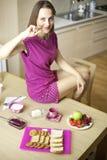 Femme le matin heureux au sujet du bon petit déjeuner continental image stock