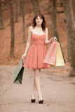 Femme élégante de client marchant en parc après l'achat Photographie stock libre de droits