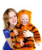 Femme élégante et la fille dans un procès d'un tigre Images stock