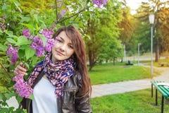 Femme lilas de parc image stock